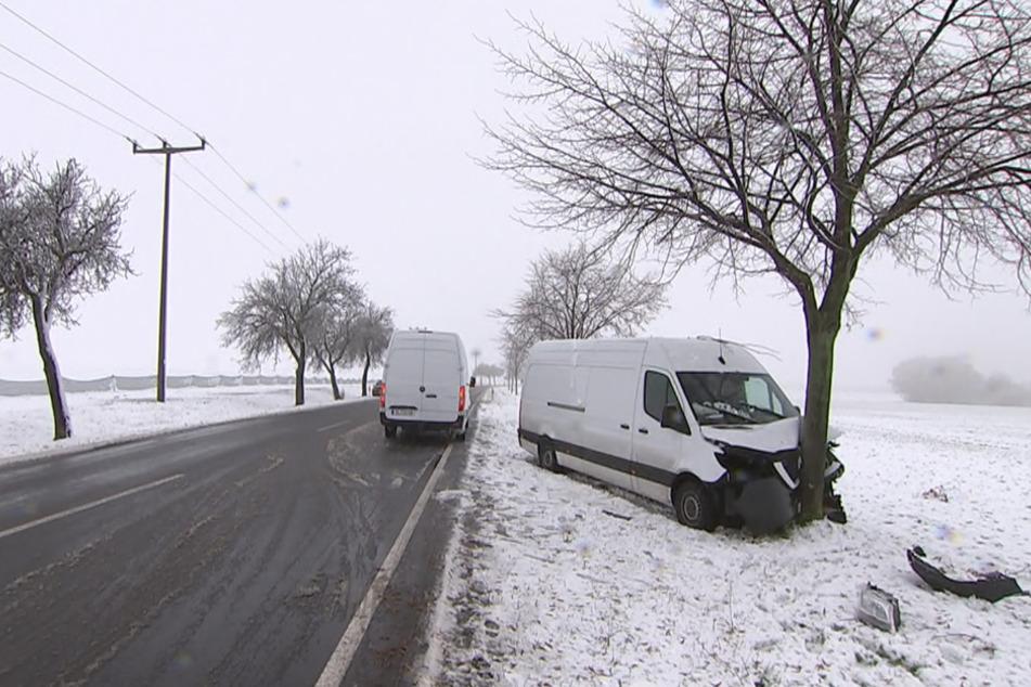 Auf der Straße S4 zwischen Krostitz und Eilenburg in Nordsachsen ist ein Transporter bei einem Glatteisunfall gegen einen Baum gefahren.