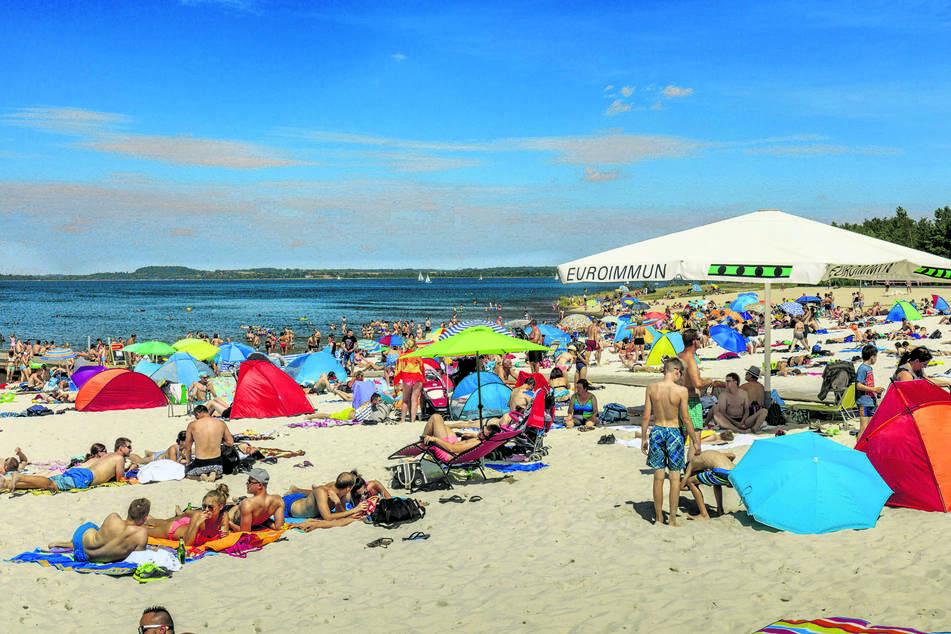 Am Berzdorfer See kann es an heißen Tagen schon mal ordentlich voll werden.