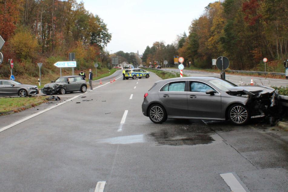 Nach dem Unfall mussten drei Fahrzeuge abgeschleppt werden.