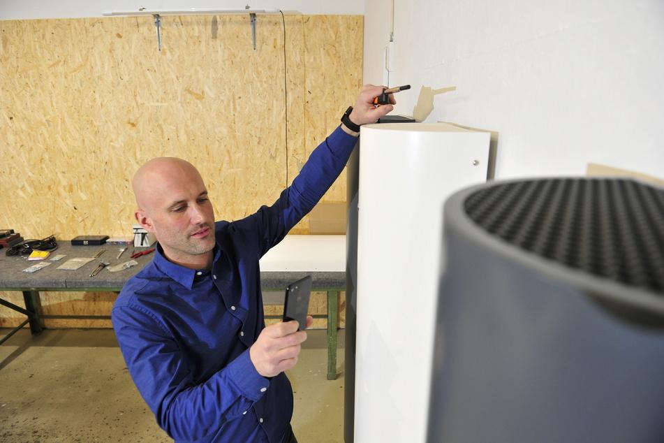 Thomas Berlin montiert die ersten Luftentkeimer. Bald hängen die Geräte auch in Limbacher Schulen.