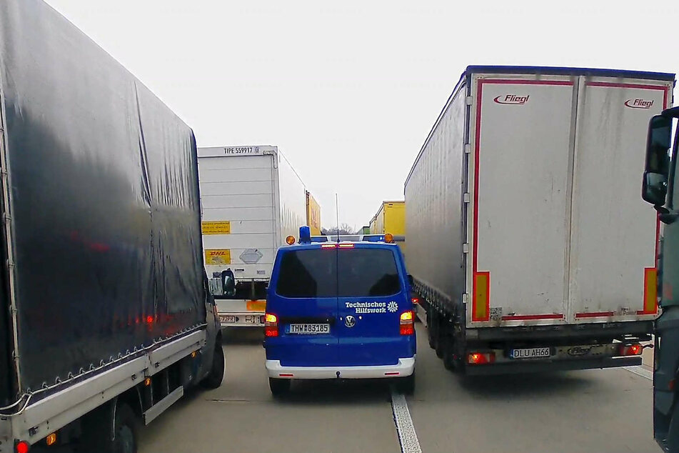 Das THW kämpft sich durch die Autobahn, die aktuell eher ein riesiger Parkplatz ist.
