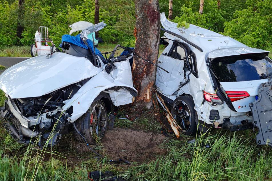 Auf regennasser Fahrbahn ist der Audi gegen einen Baum gekracht.