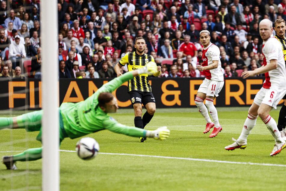 Markus Schubert (l.) ohne Abwehrchance! Der brasilianische Nationalangreifer Antony (M.) bringt Ajax mit diesem satten Strahl mit 1:0 in Front.