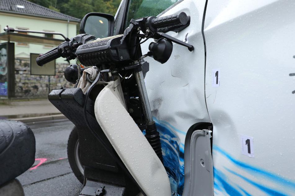 Das Moped stieß dem Transporter in die Seite.