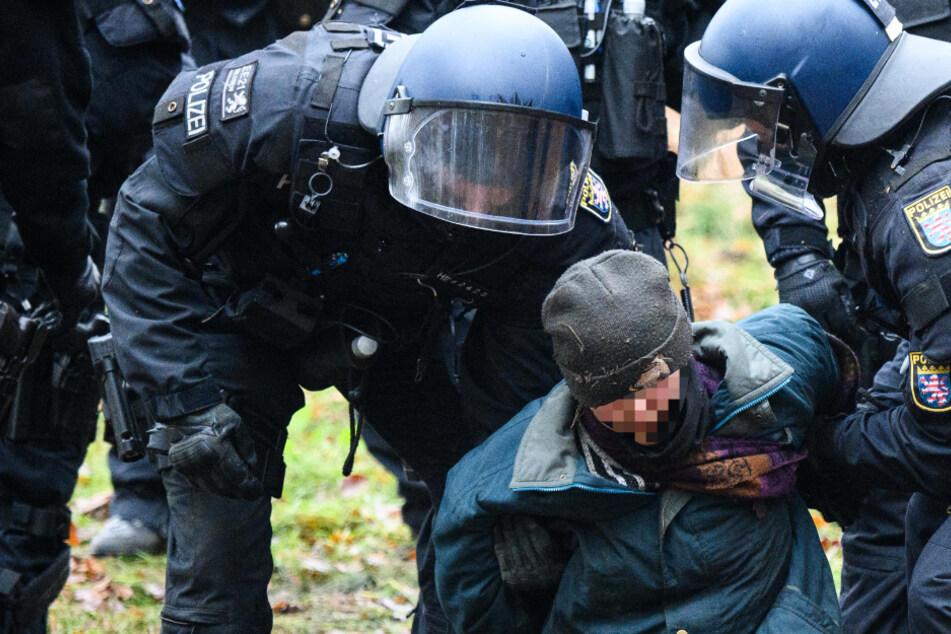 Ein Aktivist wird am 12. November durch Spezialkräfte im Dannenröder Wald festgehalten.