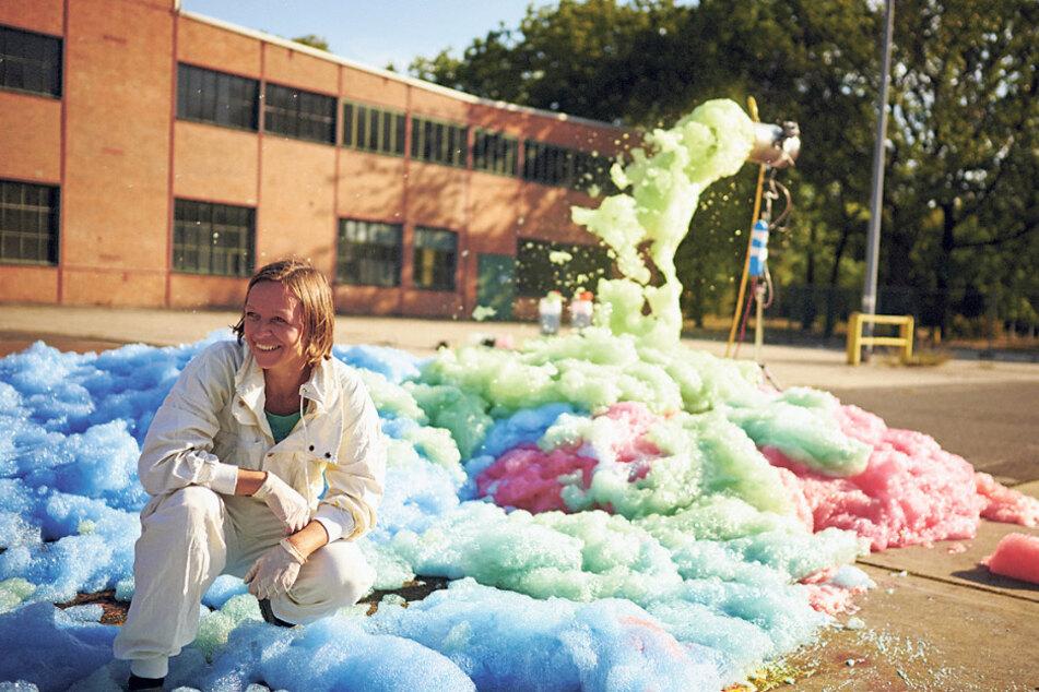 Die Dresdner Künstlerin Stephanie Lüning (29) macht mit ihren Schaum-Aktionen international Furore. Vor wenigen Tagen warf sie ihre Schaum-Maschine in Österreich an. Im Herbst ist sie nach Belgien eingeladen.