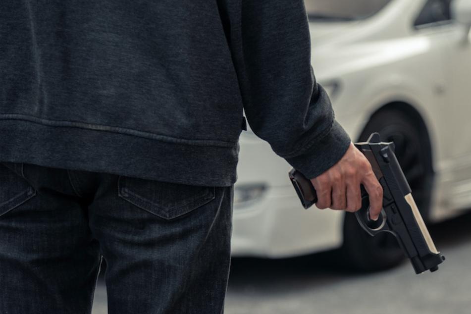 In Olching zog ein Mann eine Waffe und bedrohte einen Restaurant-Mitarbeiter. (Symbolbild)