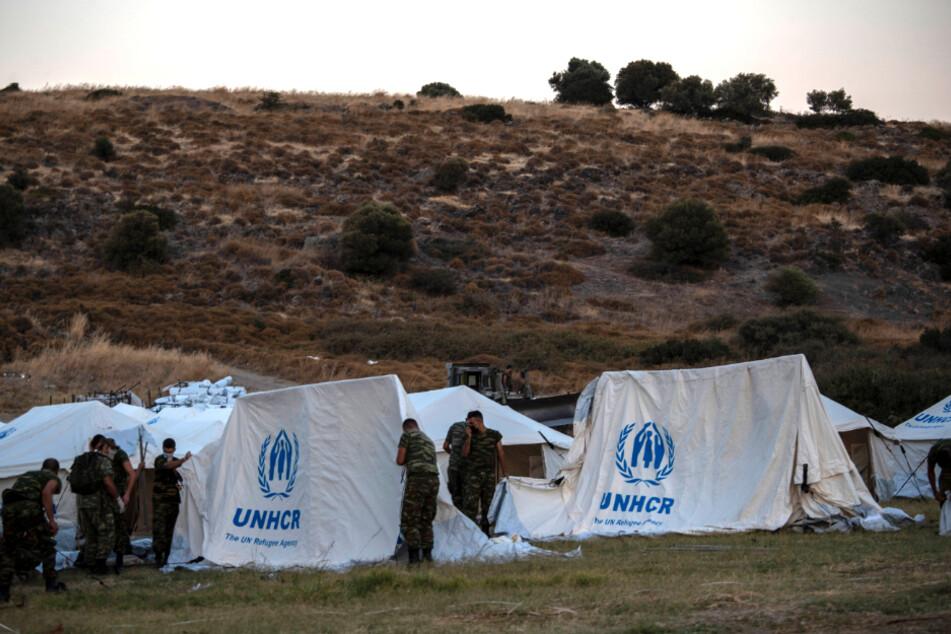 Griechische Soldaten errichteten auf einer Shooting Range auf der Insel Lesbos UNHCR-Zelte zur Unterbringung von Flüchtlingen.