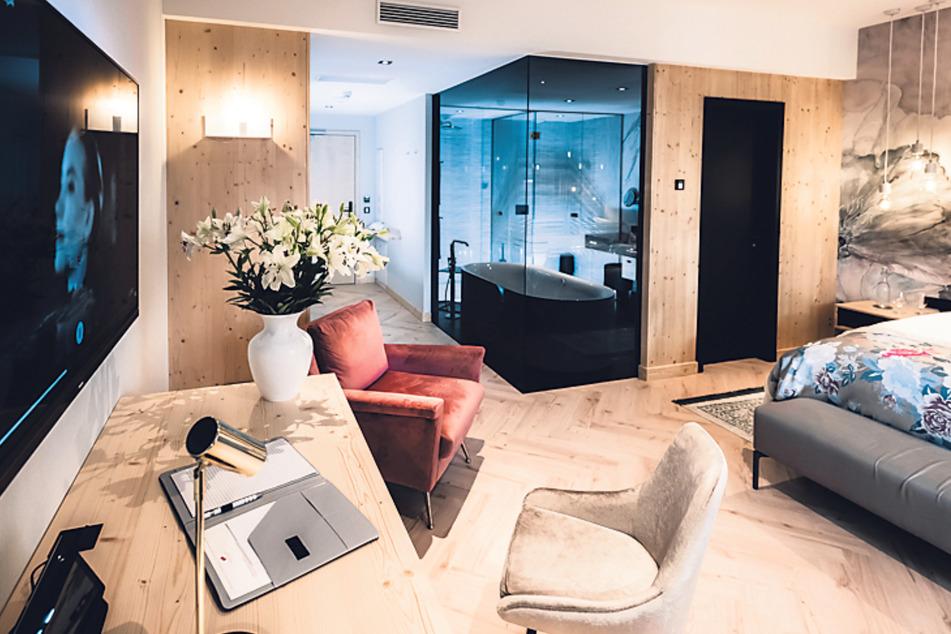 Die Junior Suite bietet viel Platz, Panoramablick, Luxusbad und sogar eine eigene Sonnenterrasse.