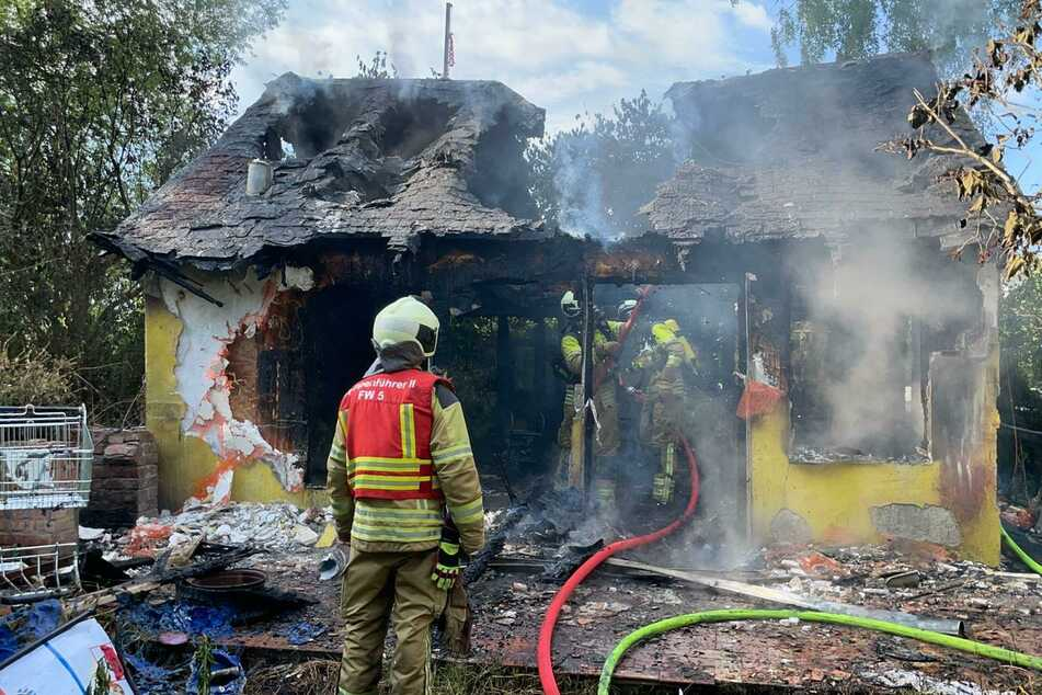 Dresden: Feuerwehreinsatz in Leubnitz-Neuostra: Gartenlaube steht in Flammen