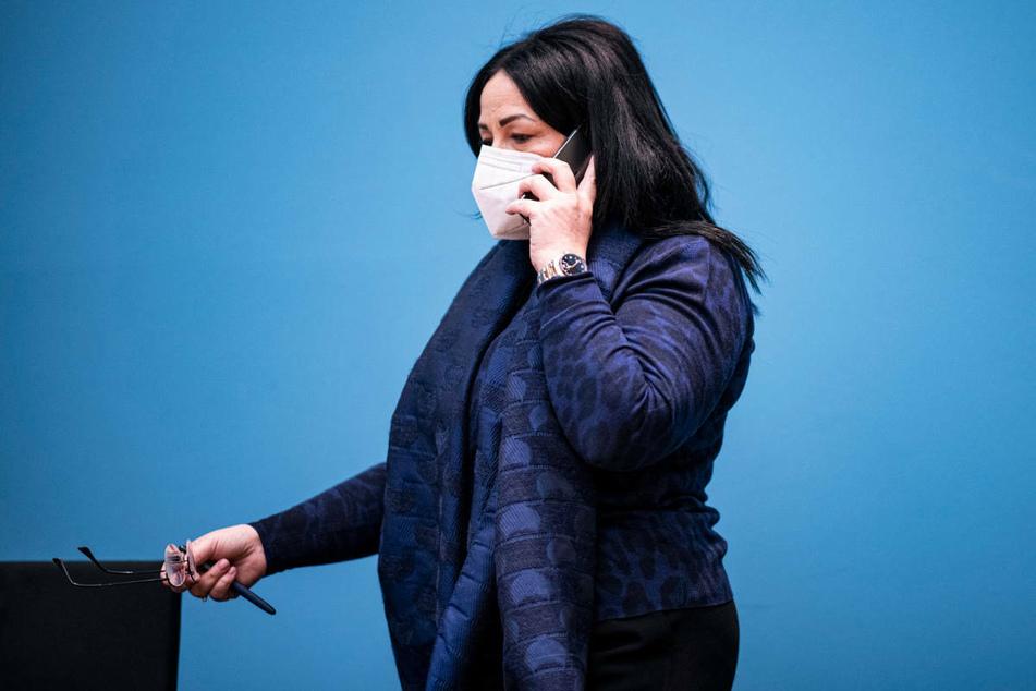 Berlins Gesundheitssenatorin Dilek Kalayci (54, SPD) telefoniert am Rande einer Pressekonferenz. Der Senat hat am Donnerstag eine Verschärfung der Kontaktbeschränkungen beschlossen.