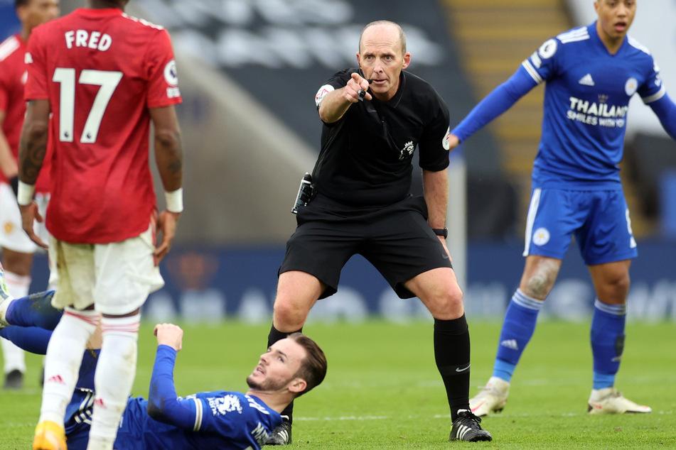 Der Unparteiische Mike Dean (52, M.) pfeift schon seit 21 Jahren in der Premier League, nun will er am kommenden Wochenende mal einen Spieltag aussetzen.