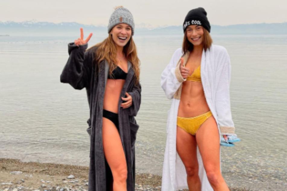Jennifer Lange (27, r) ist mit ihrer Freundin Roxana Strasser im Bodensee Eisbaden gegangen.