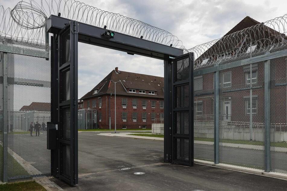 Blick durch das Einfahrtstor der neuen Abschiebehaftanstalt in Glückstadt.
