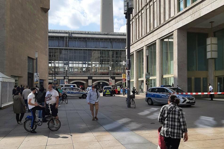 Einsatzfahrzeuge der Polizei stehen am Dienstag vor einer Filiale der Galeria Kaufhof in Berlin-Mitte.