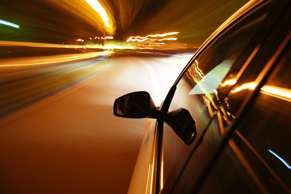 Bei 135 km/h verursachte der 46 jährige Angeklagte einen schweren Unfall. (Symbolbild)