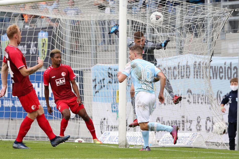 Kevin Freiberger (Nr. 16), der hier zur Chemnitzer 3:2-Führung gegen den Berliner AK getroffen hat, war einer der Matchwinner und bedankte sich nach der Partie bei den himmelblauen Fans für deren Unterstützung.