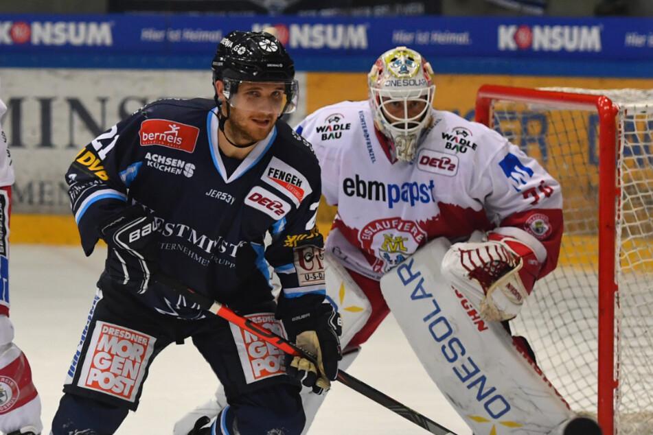 Eislöwen-Stürmer Elvijs Biezais war vorm gegnerischen Tor immer gefährlich. Hier versucht er dem Landshuter Goalie Jaroslav Hübl die Sicht auf die Scheibe zu nehmen.