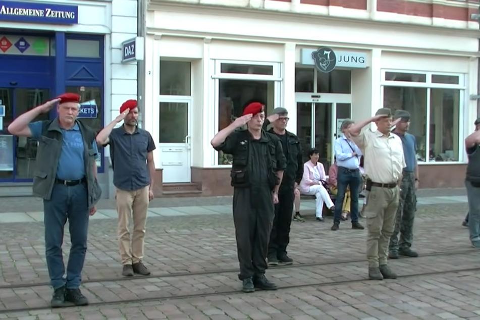 AfD-Stadtrat Dirk Munzig (57, helles Hemd) beteiligte sich beim paramilitärischen Aufmarsch in Döbeln.