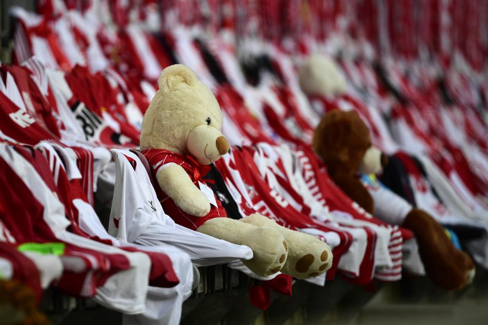 Wenn schon keine Zuschauer, dann doch wenigstens Teddybären in Effzeh-Trikots.