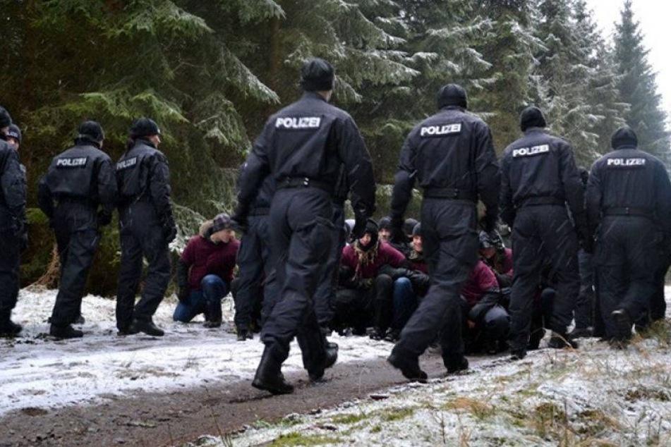 Was machen die Polizisten im Wald?