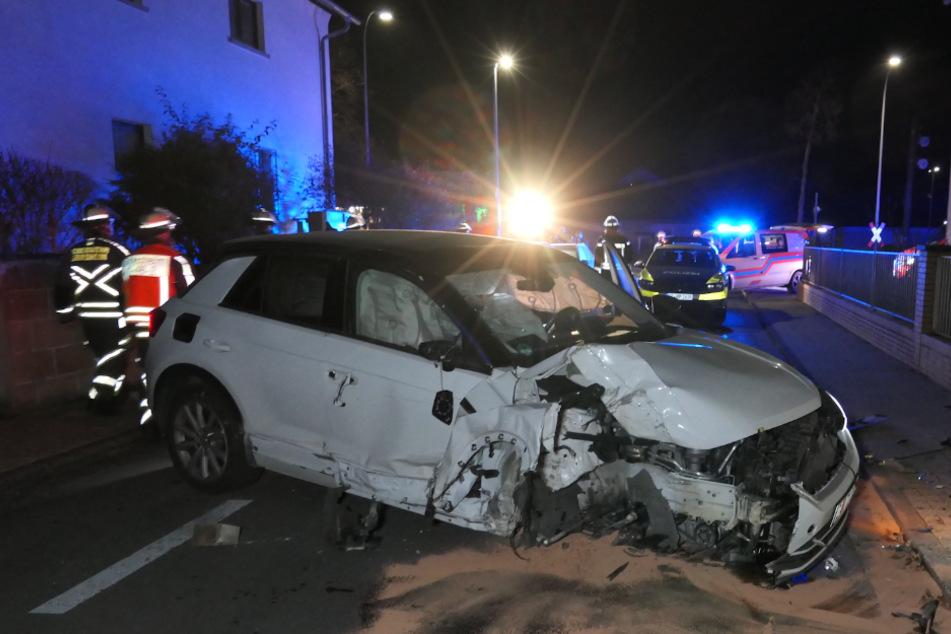Das Auto prallte gegen zwei Grundstücksmauern.