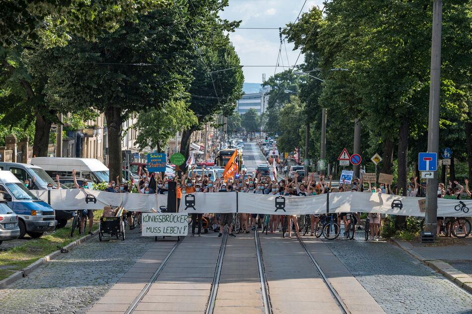 Die Demonstranten zeigten, wie breit die Königsbrücker Straße nach dem aktuell beschlossenen Stand ausgebaut werden soll.
