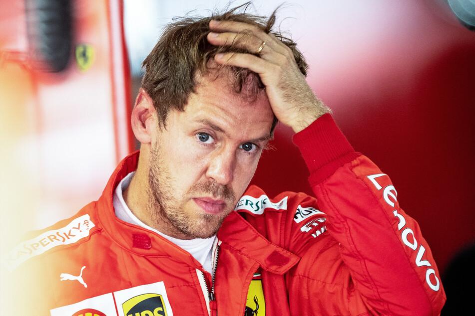 Sebastian Vettel (bisher Team Scuderia Ferrari) steht in seiner Box.
