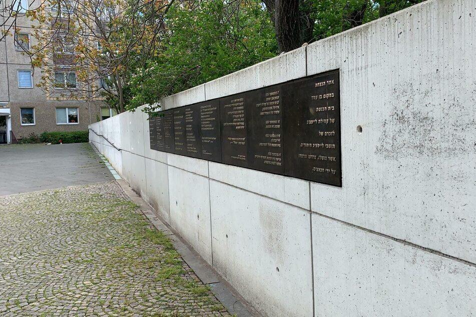 Die Rückseite der Mauer des Leipziger Synagogen-Denkmals ist am Sonntag angesprüht worden.