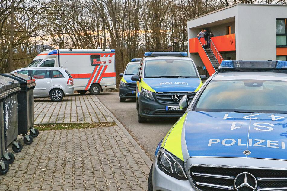 Polizeistreifen und ein Rettungswagen stehen vor dem Haus. Eine Frau soll von ihrem Mann niedergestochen worden sein.