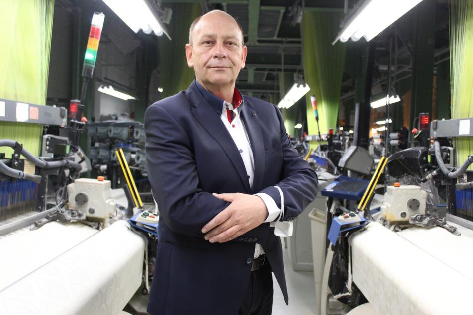 Damino-Geschäftsführer Dirk Ladenberger steht im Websaal seines Werks in Großschönau (Landkreis Görlitz).