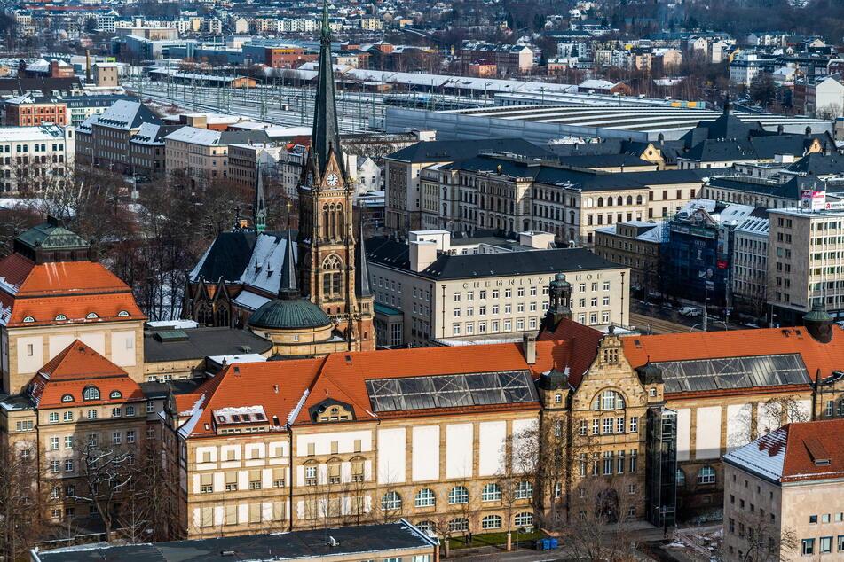 Chemnitz aus der Vogelperspektive mit Blick auf die Kunstsammlungen (vorne), das Opernhaus und die Petrikirche. Im Hintergrund das Hauptgebäude der TU Chemnitz und der Hauptbahnhof.