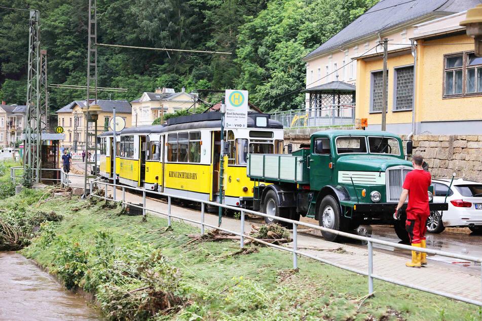 Ein historischer Transporter schleppte die Kirnitzschtalbahn entlang des gleichnamigen Flusses.