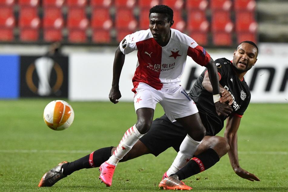 Slavias Oscar Dorley (l) und Leverkusens Jonathan Tah kämpfen um den Ball.