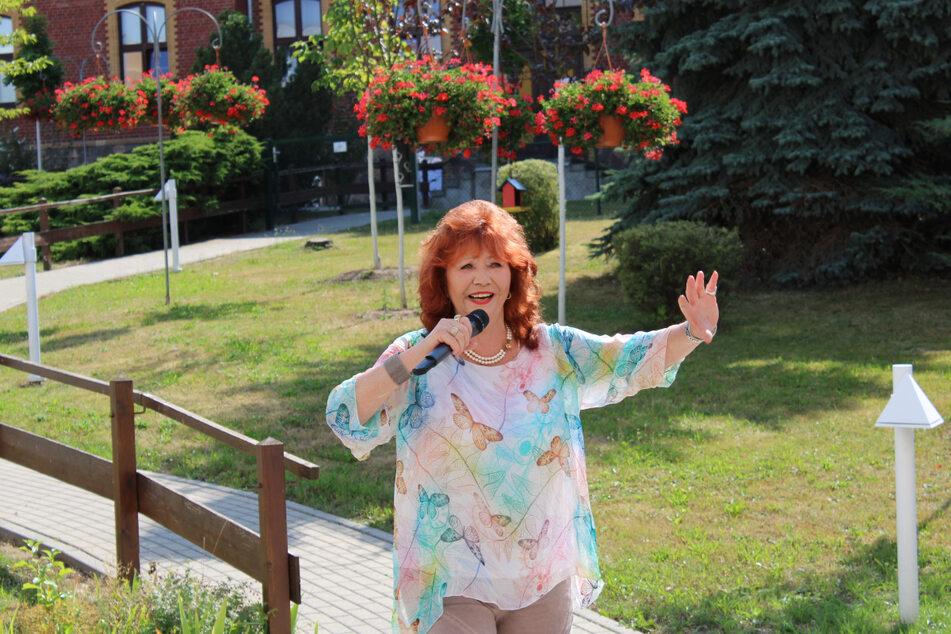 Die Gartenkonzerte von Regina Thoss im Kursana Domizil Meerane sind legendär. Im Sommer 2020 war sie das letzte Mal hier zu Gast. Nun hofft die geimpfte Sängerin, bald wieder auftreten zu dürfen.