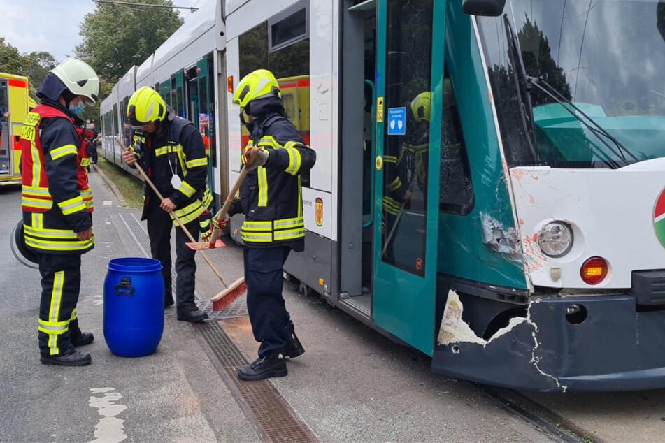 Einsatzkräfte der Feuerwehr räumten am Unfallort auf.