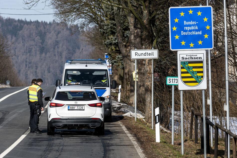 Deutsche Polizeibeamte kontrollieren ein Fahrzeug am tschechisch-deutschen Grenzübergang Petrovice/Bahratal im Erzgebirge.