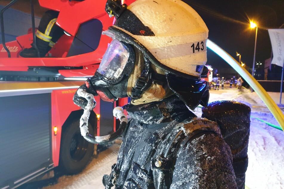 Die Feuerwehrleute kämpfen auch gegen die Eiseskälte.