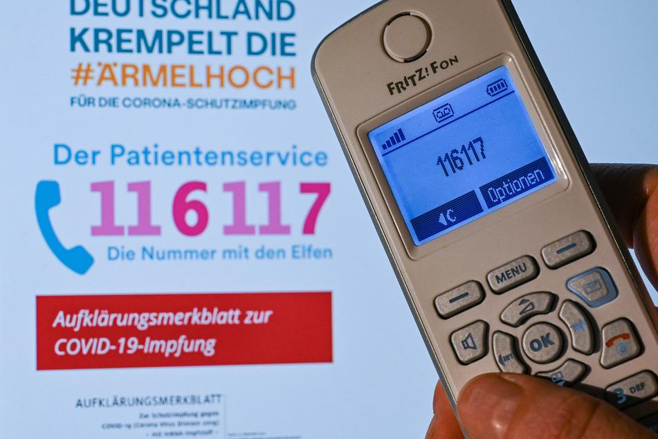 Über die zentrale Rufnummer 116 117 können Menschen der Geburtsjahrgänge 1944 und 1945 in NRW seit Freitag Impftermine vereinbaren.