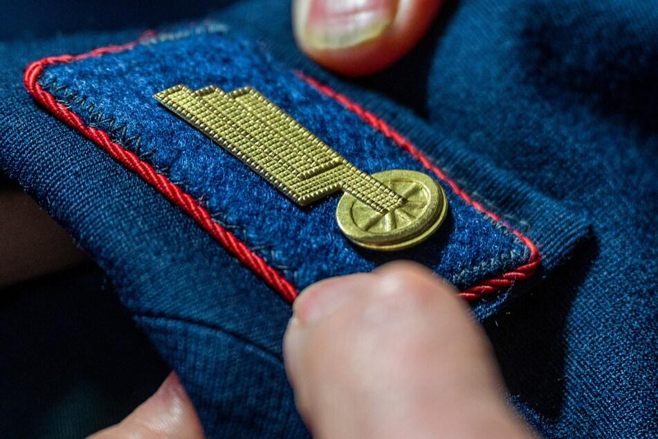 An den Schulterklappen erkennt man Dienstgrad und Einsatzbereich des Eisenbahners.