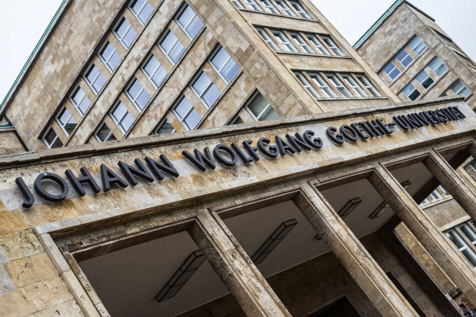 """Der Schriftzug """"Johann Wolfgang Goethe-Universität"""" ist auf dem Campus Westend in Frankfurt über dem Eingang zum Hauptgebäude zu lesen."""