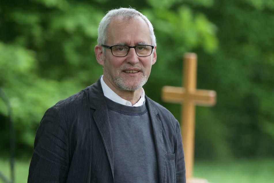 Michael Schleinitz (64) aus Lohmen ist Pfarrer der evangelisch-lutherischen Philippus-Kirchgemeinde. Er möchte vermitteln. Die Aufgabe wurde ihm angetragen.