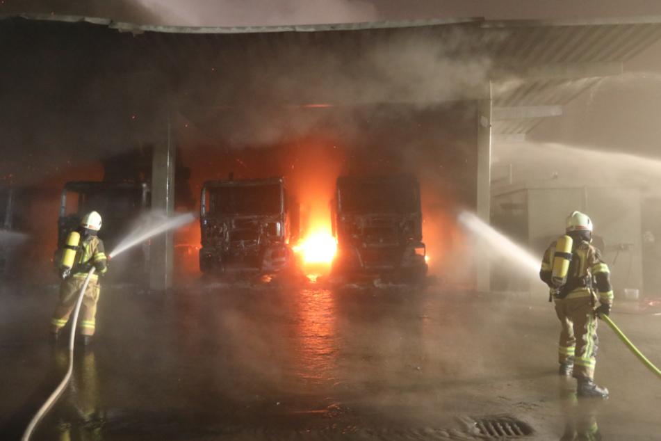 Lagerhalle brennt lichterloh: Nebel erschwert die Löscharbeiten
