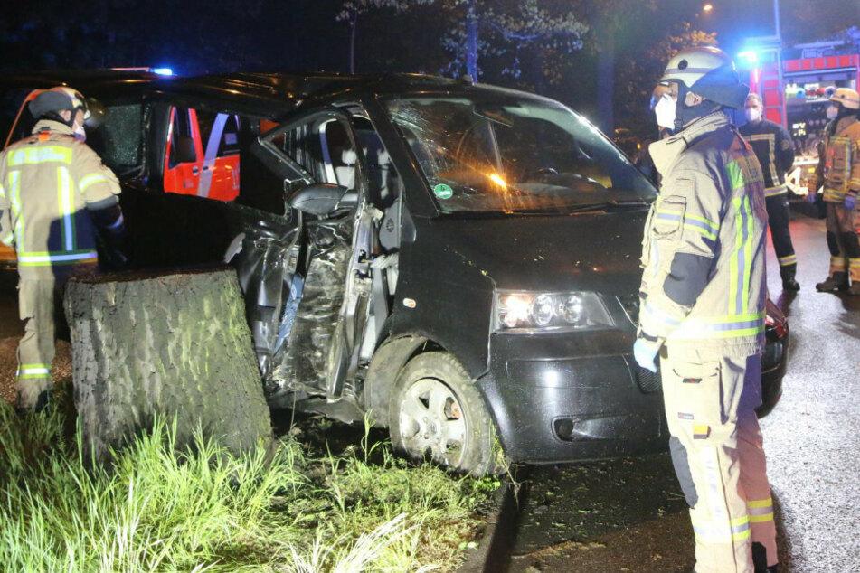 VW-Bus kracht in Baumkrone: Zwei Verletzte