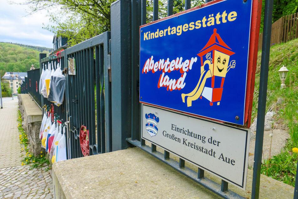 Vorbild Gabenzaun: An dieser Kita in Aue hängen Kreativmappen am Zaun.