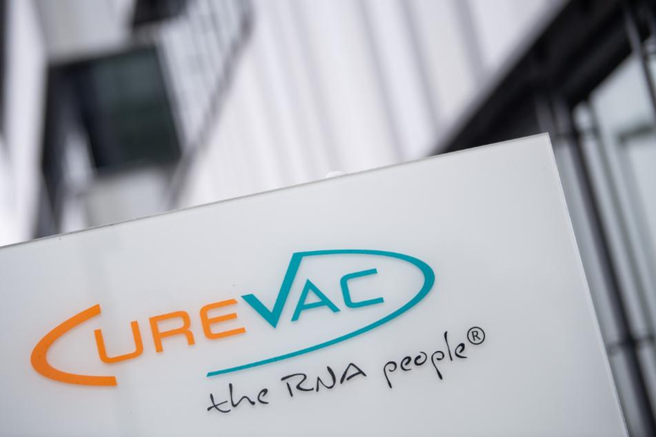Tübingen: Das Logo des Biotech-Unternehmen CureVac steht an der Unternehmenszentrale.