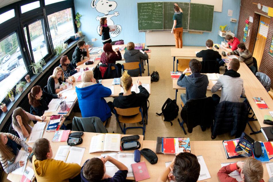 Schüler werden in einem Klassenzimmer unterrichtet. (Archivbild).