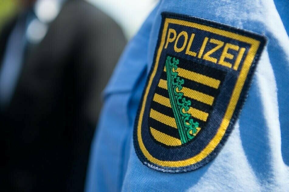 Mann spricht Kinder aggressiv vor der Grundschule an: Polizei sucht Zeugen!