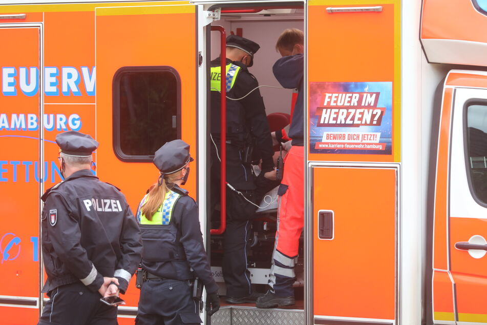 Der verletzte Schütze wird in einem Rettungswagen behandelt.