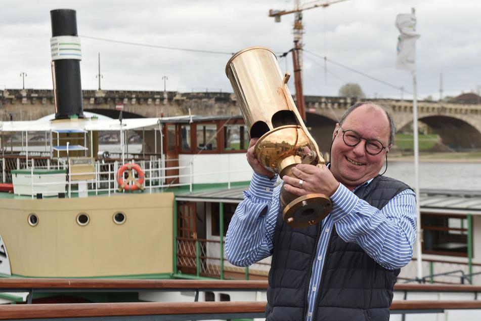 """Vereinsvorstand Dirk Ebersbach (57) stemmt vor der """"Pillnitz"""" stolz die neue Pfeife - sie wiegt weit über 20 Kilo."""